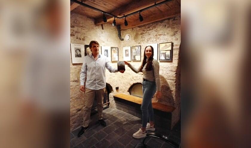 Jelle Simons overhandigt Denise van der Vlist het eerste exemplaar van 'Liniecrossers, Frontkoeriers van het Verzet'.