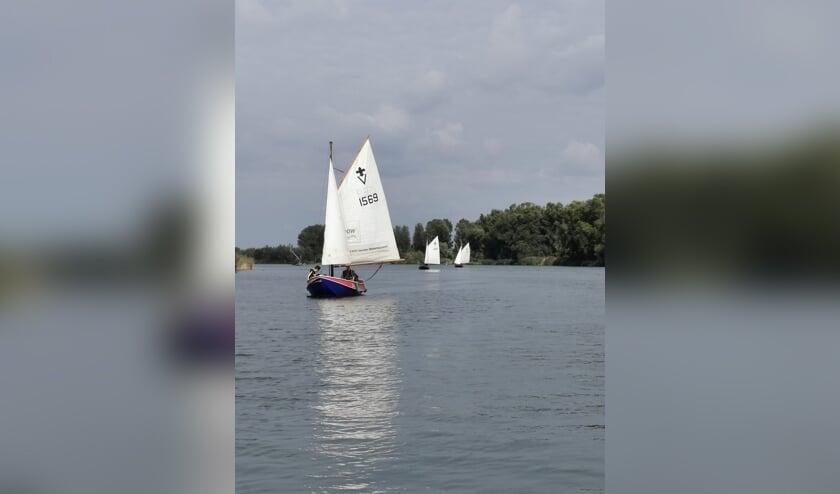 De vletten (boten) van Scouting Altenagroep in actie, toen het materiaal nog niet in vlammen op was gegaan.