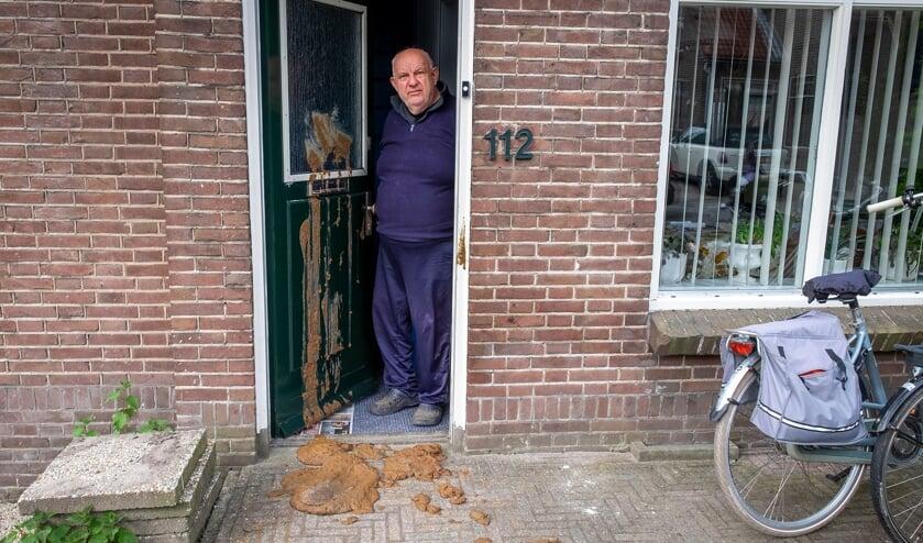 <p>&bull; De voordeur van het huis van Peter van Vliet zat op Koningsdag onder de koeienstront.</p>