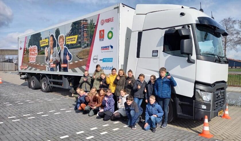 • Leerlingen van groep 8 van de Augustinusschool in Papendrecht bij de instructietruck.