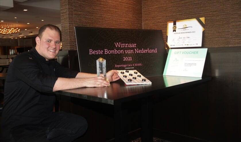 <p>&bull; Jordi van Eden toont zijn trofee en winnende bonbons.</p>