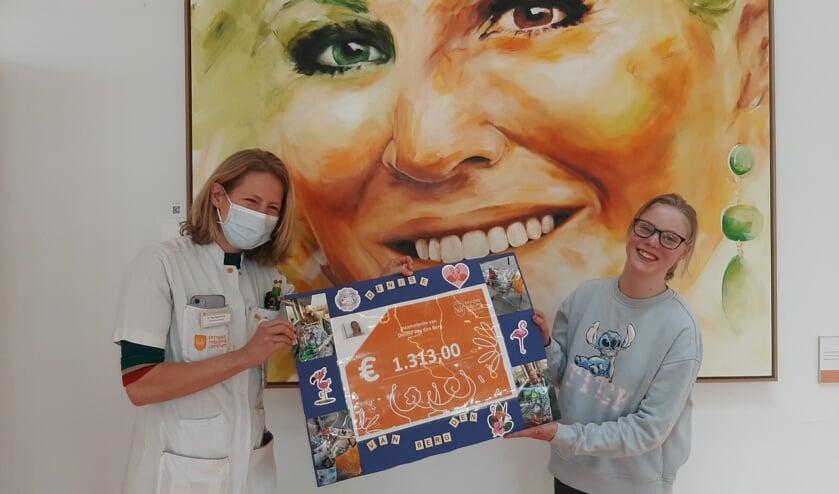 • Denise overhandigde donderdag de cheque aan de neuroloog van het Utrechtse Prinses Máxima Centrum.