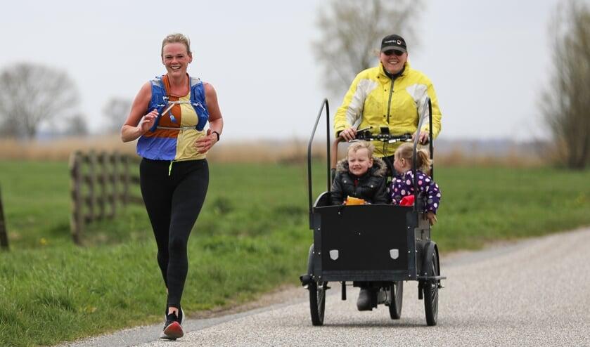 <p>• Rianne Spoor bezig aan haar marathon.</p>