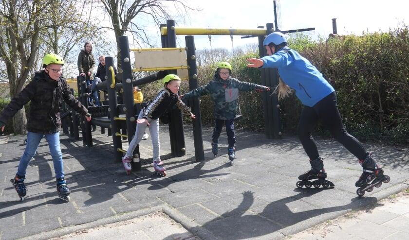 <p>&bull; Esther Zwart doet balansoefeningen met de kinderen.</p>