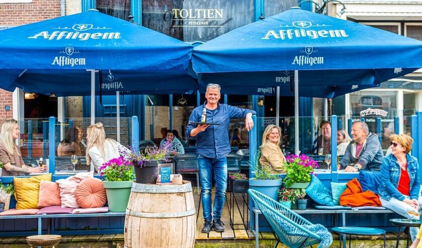 <p>De terrassen in Schoonhoven zijn woensdagmiddag om 12.00 uur geopend. Het terras van café Toltien was ondanks de lichte bewolking al snel gevuld.</p>