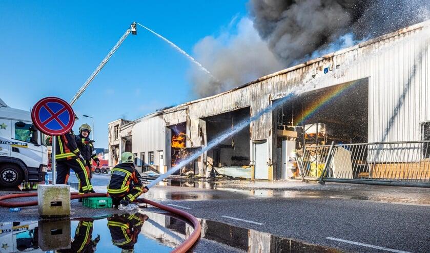 <p>&bull; Een zeer grote brand heeft zondagochtend rond 05.40 uur in Lekkerkerk meerdere bedrijven op het industrieterrein in de as gelegd. Brandweerkorpsen uit de hele gemeente Krimpenerwaard, Rotterdam, Capelle, Gouda en Alphen aan den Rijn kwamen ter plaatse.</p>