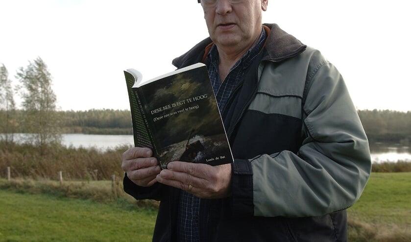 <p>Louis de Bot in 2008 met het boek &#39;Dese see is egt te hoog&#39;.</p>