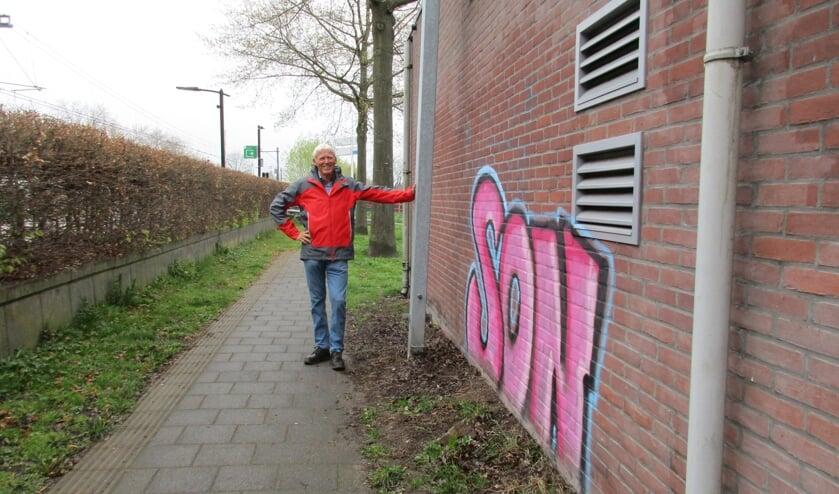 <p>&bull; Wim van der Leij bij het relaishuisje langs de Stationsweg in Leerdam.&nbsp;</p>