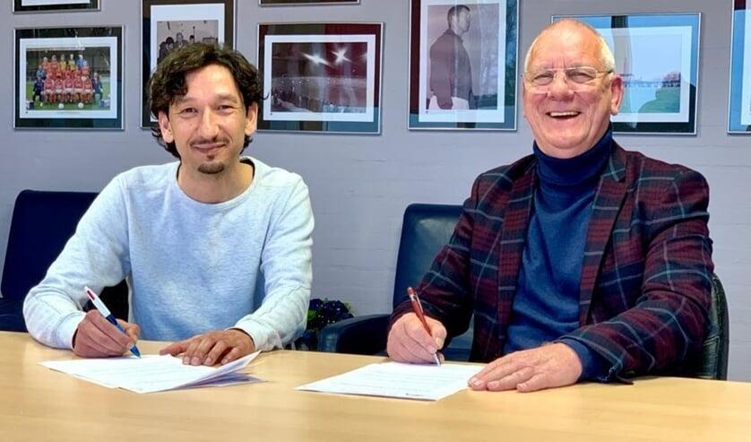<p>• Beyhan Konak (l) is de nieuwe hoofdtrainer van Leerdam Sport'55. Rechts voorzitter John Boekelman.</p>