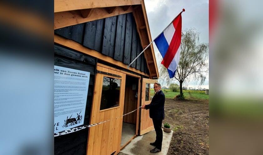 • Wethouder Maks van Middelkoop opent het melkhuisje.