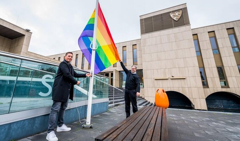 <p>&bull; Wethouder Coen Derickx (rechts) en ambassadeur LHBTI+ Nick Vogelenzang de Jong hijsen de regenboogvlag.&nbsp;</p>