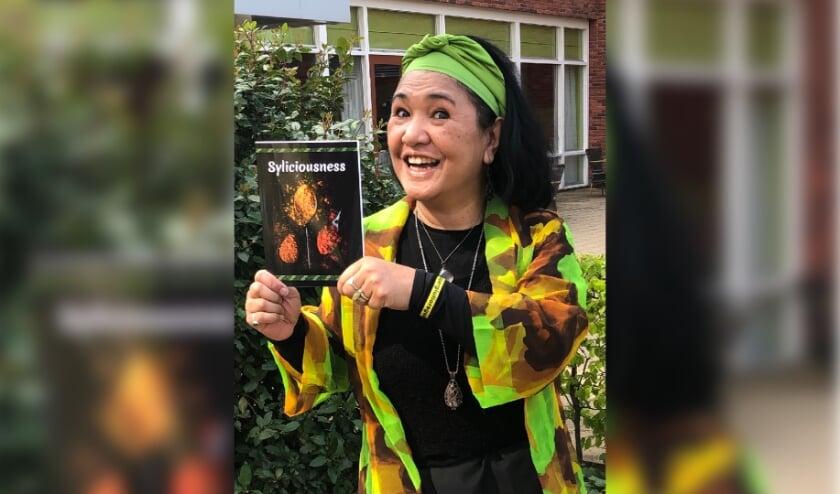 <p>Sylvana de Backer met haar nieuwe boek.</p>
