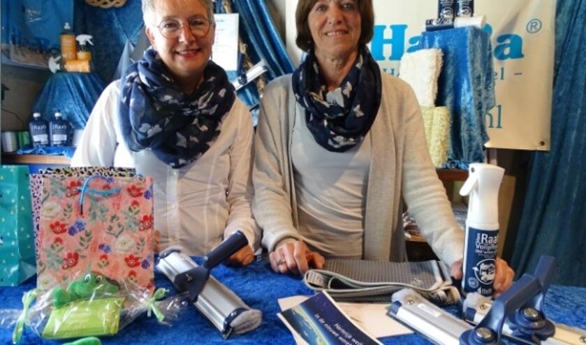 <p>Truus van Vliet (re) doet haar bedrijf over aan Sjanie Hoogenboom</p>