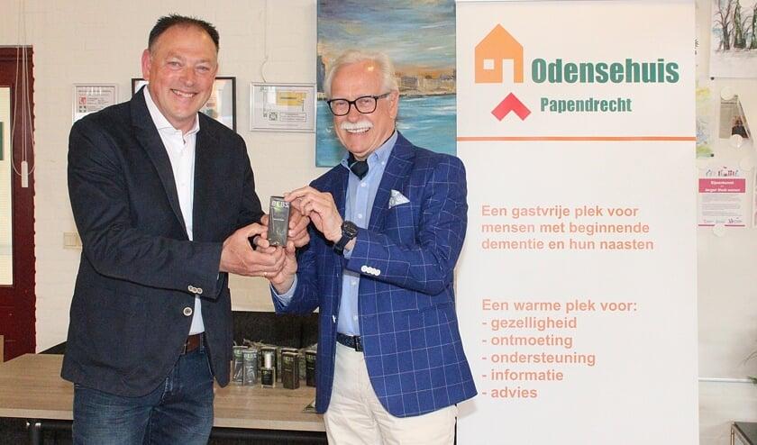 <p>&bull; De overhandiging van het parfum, met links Wouter Dekker en rechts mr. Arie Slob.</p>
