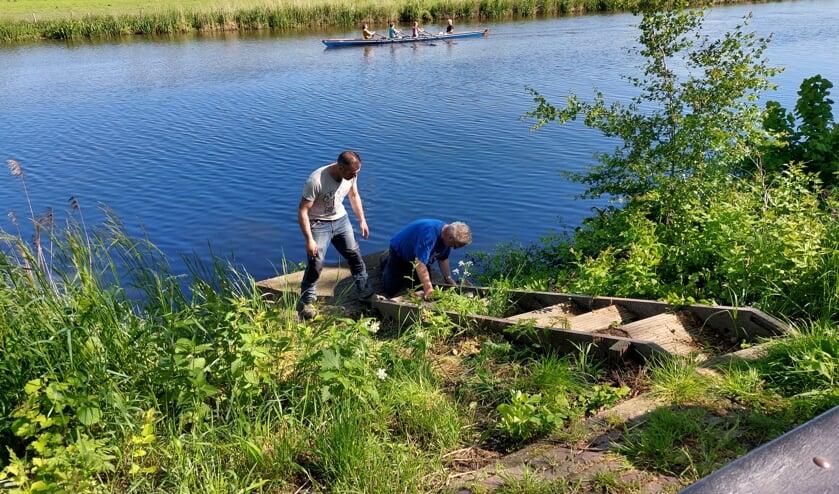Vrijwilligers Dobbervreugd herstellen vissteigers Lingewal