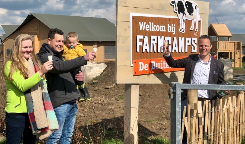 <p>&bull; Wethouder Rutger van Stappershoef toost met Aico en Kirsten de Jong. &nbsp;</p>