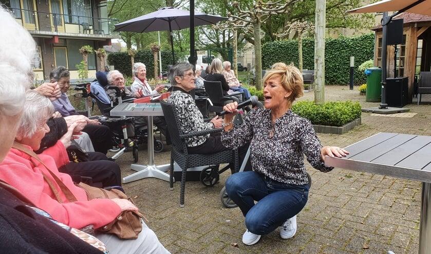 <p>• Samen met de bewoners van zorgcentrum Crimpenersteyn maakte zangeres Linda van Wijk er een leuk feestje van.</p>