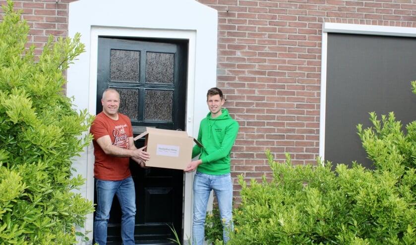 <p>De overhandiging van de eerste Maaltijdbox Altena.</p>