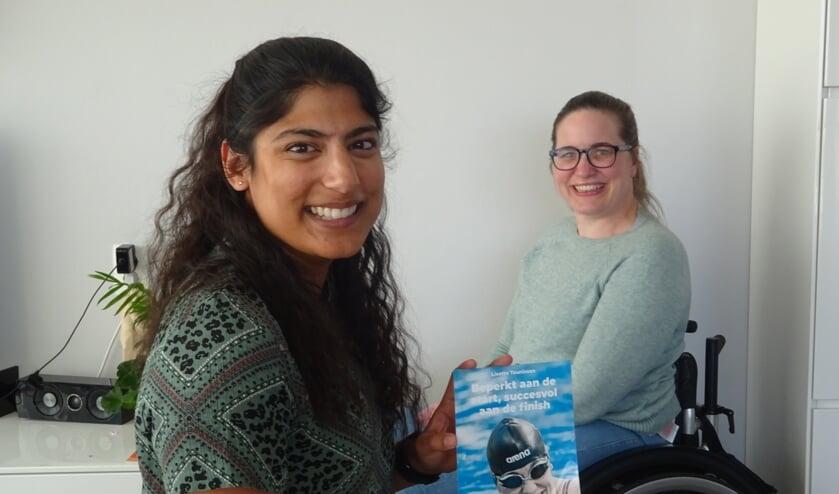 • Nanda van Heteren (links, met het boek) en Lisette Teunissen.