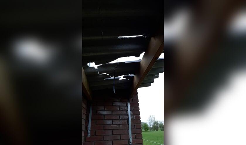 • De dakplaten van enkele dug-outs zijn vernield.