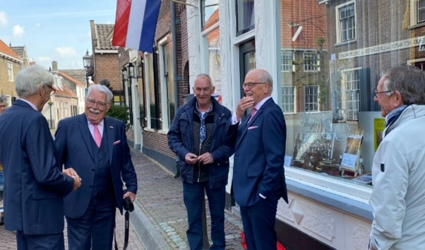 <p>V.l.n.r: In verenigingskostuum de bestuursleden Van Vliet, Van Herk en De Jong en de koorleden Wim (l) en Gerrit Langerak bij de Zanglust expositie. (Tot 6 juli te aanschouwen).</p>