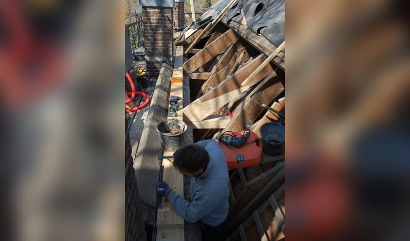 <p>&bull; Een timmerman bezig met vervangen van de muurplaat.&nbsp;</p>