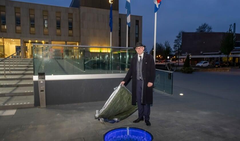 <p>• Burgemeester Martijn Vroom onthult het permanente 'Levenslicht' op het Raadhuisplein.</p>