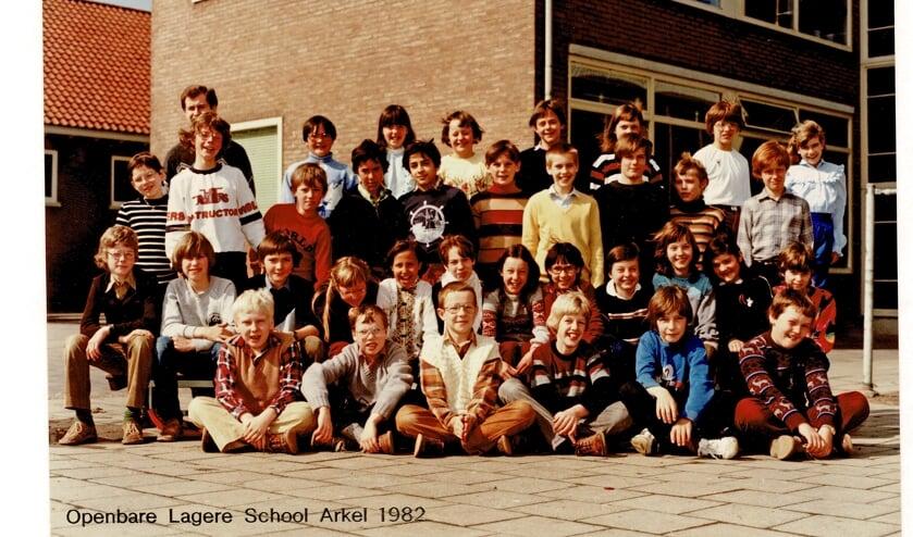 • Hafid (midden, trui met anker) in zijn Arkelse klas. Rechts van hem Richard Ooms. Foto uit 1982.