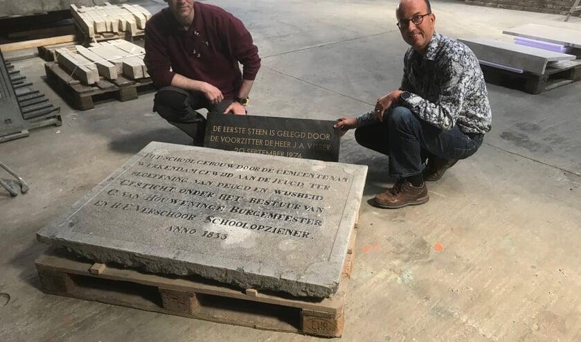<p>Jurgen Brand en David Hulshof bij de herdenkingsstenen van de Werkendamse school.</p>