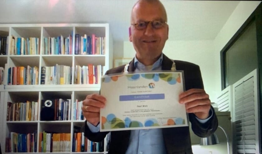 <p>• Op digitale wijze overhandigt burgemeester Segers een certificaat.</p>