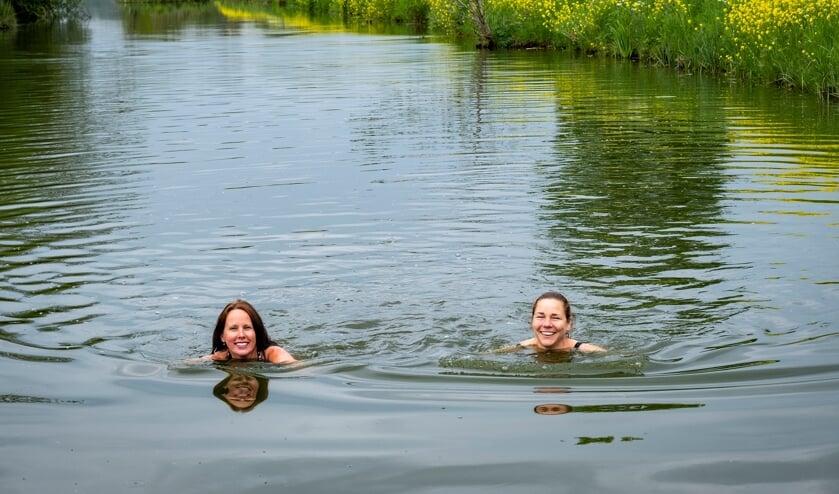 <p>• Berna Schoonderwoerd (rechts) en Marianne Jansen zwemmen graag in de wetering. &nbsp;</p>