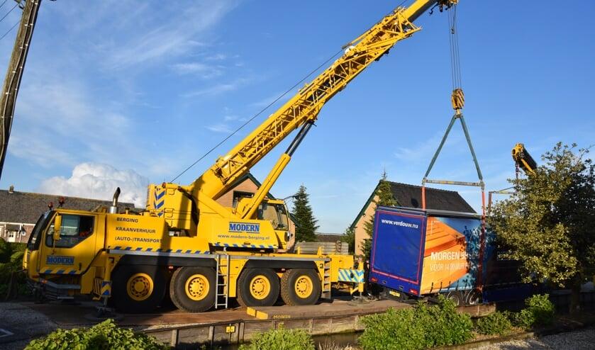 <p>• Met een kraanwagen is de weggezakte vrachtwagen weer op vier wielen gezet.</p>