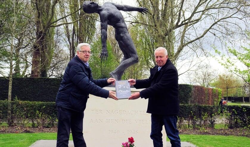 <p>&bull; Auteur Pieter van Wijngaarden overhandigt het boek aan het museum bestuurslid Theo Berendse.</p>