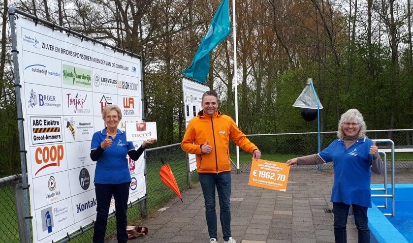 <p>• Hennie Kortleve (links) en Marrie de Jong van stichting Vrienden van de Dompelaar ontvangen uit handen van supermarktmanager Wouter Spuijbroek van de Coop Groot-Ammers een mooie cheque uitgereikt van de statiegeldactie.</p>