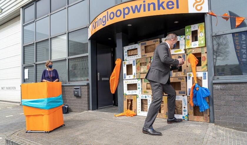 • Burgemeester Jaap Paans opende de kringloopwinkel.