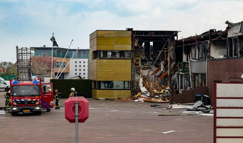 <p>Een dag na de brand is de ravage bij Hoogendoorn goed te zien.</p>