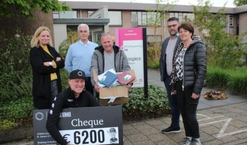 <p>Erik Wierstra, met cheque en sponsors, &nbsp;draagt bij aan een hartewens van het hospice en Ed Booms (3e van links). Foto: Lysette Verwegen&nbsp;</p>