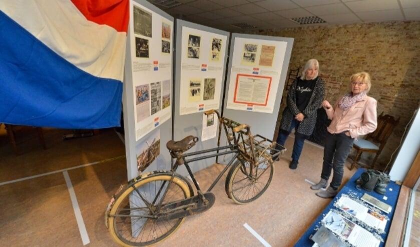 <p>Karin Sangers en Hetty Elzas bij de fiets van Jacob Kijzer. Jacob en zijn vrouw Sientje overleefden de oorlog na een onderduik en keerden terug naar Montfoort.</p>