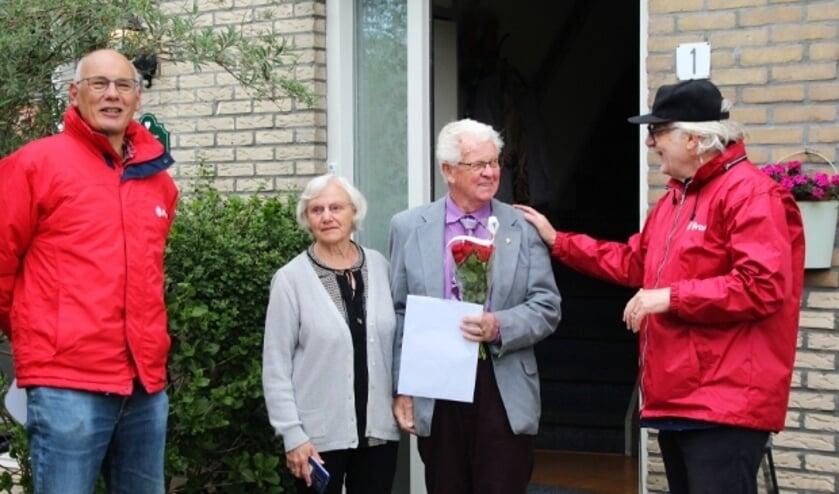 <p>Ad van Dongen (rechts) en Harm Groeneweg (links) feliciteren Hans de Jonge - met een gouden speld en rode rozen - met zijn meer dan gouden jubileum.</p>
