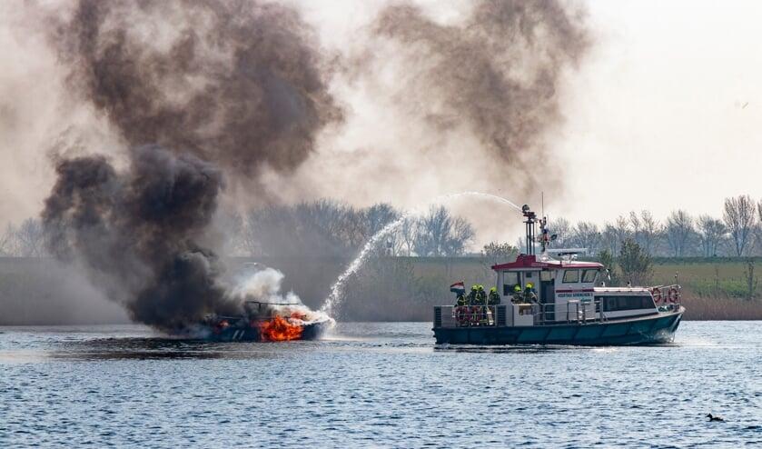 De brandweer van Gorinchem heeft in samenwerking met de veerdienst de boot geblust.