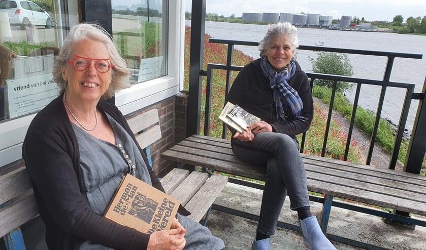 <p>&bull; Gerda Hoogendijk (links) en Lyanne de Laat: helemaal in de ban van de Herman de Man-maand.</p>