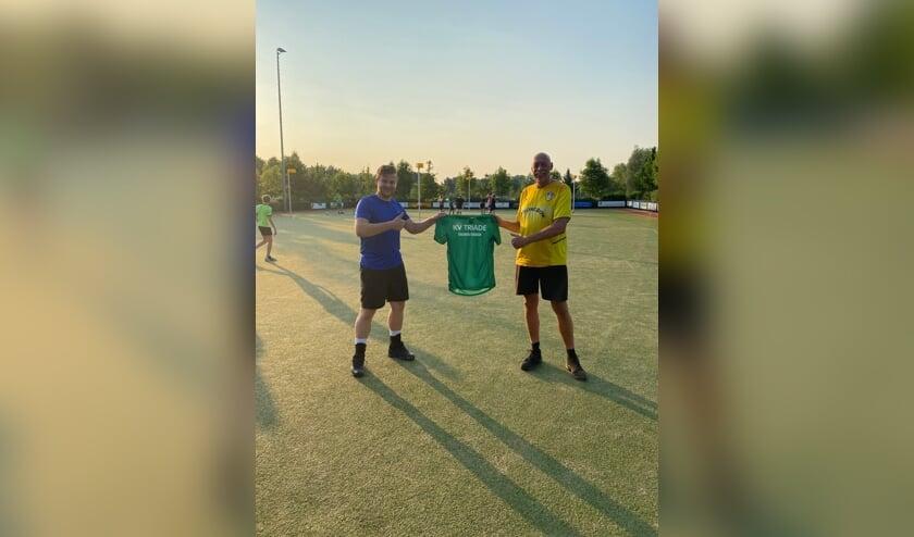 • Voorzitter Roelant Kant (l) verwelkomt Peter Kooij als nieuwe trainer van Triade.