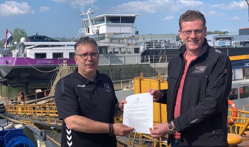 • Directeur Mark Breijer en voorzitter Steven Wierckx ondertekenden de sponsorovereenkomst vorige week bij de scheepswerf aan de oever van de Merwede.
