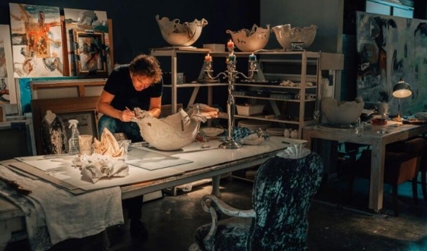 <p>Marthijn de Groot aan het werk in zijn atelier, onderdeel van The Living Gallery &nbsp;waar werelden samenkomen.</p>