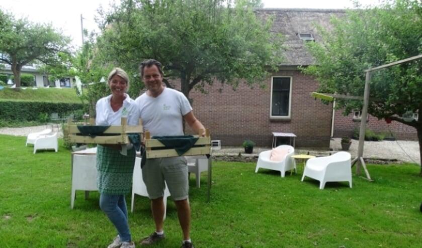 <p>Henri&euml;tte en Armin Mulder met hun ontbijtkistjes</p>