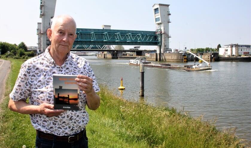 <p>&bull; Schrijver Jan van Wijnen met op de achtergrond de Stormvloedkering.&nbsp;</p>