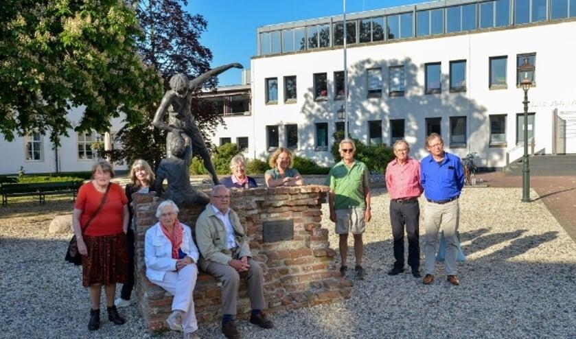 <p>Vredesplatform Montfoort/Linschoten met rechts Dion van den Berg, teamleider Europa van het landelijke bureau PAX/IKV die een aantal leden in het zonnetje kwam zetten. Foto: Paul van den Dungen</p>