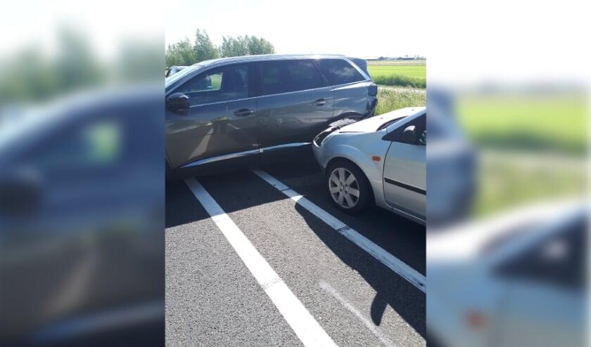 • Er was zaterdagmiddag een botsing tussen twee auto's op de Boezemweg in Lekkerkerk.