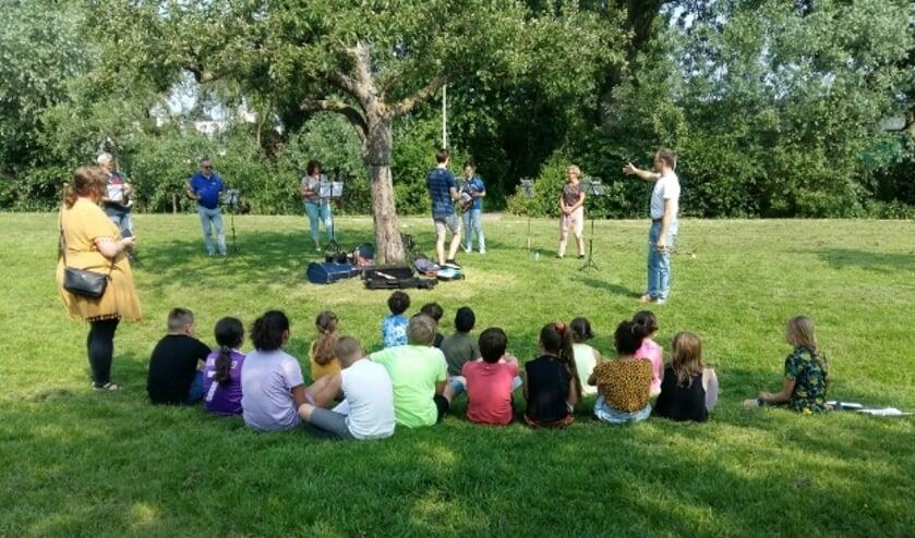 <p>De kinderen van groep 5 van basisschool De Tandem volgen een &#39;Masterclass&#39; muziek van Harmonie Amicitia.</p>