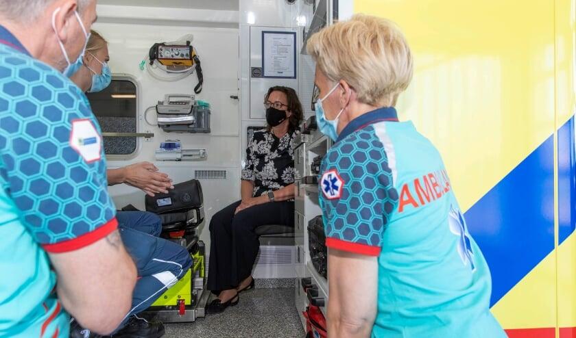 Minister Van Ark krijgt in een ambulance in Papendrecht uitleg over hoe de ambulancezorg verloopt.